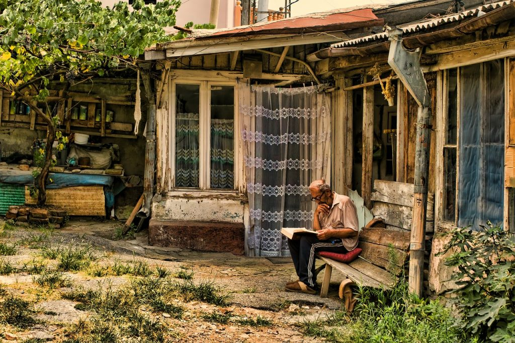 Gruzija, starec pred hišo