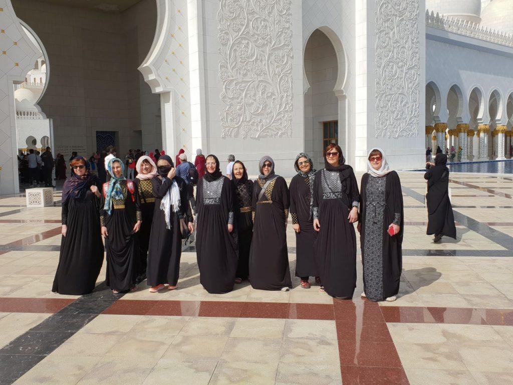 Naše dame pred mošejo